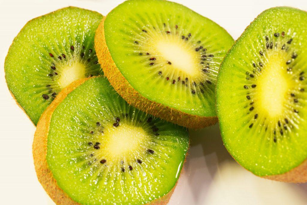 how to cut a kiwi